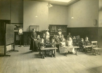 Image: In the schoolroom, c1915